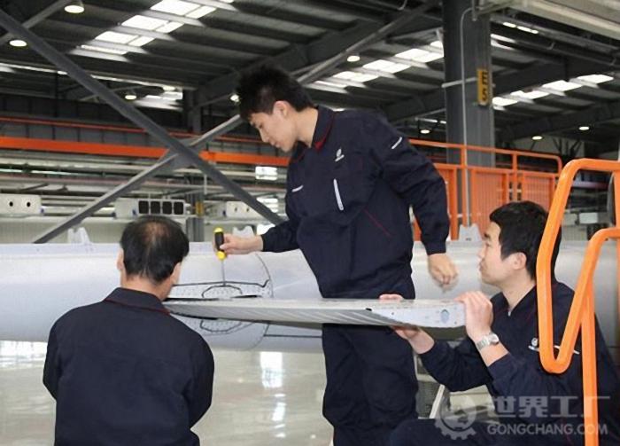 安装ac301直升机尾翼
