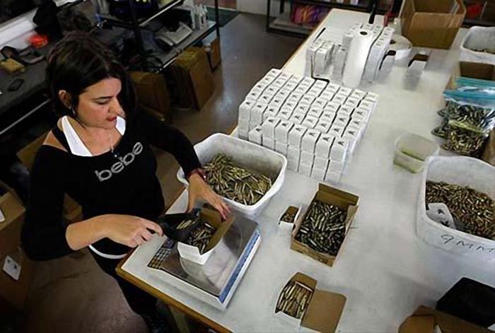 一名美女制造工人正在包装